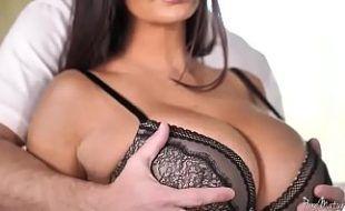 A peituda da esposa tirando a roupa e mamando para dar a xoxota