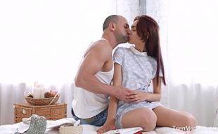 Assistir cenas de sexo comendo ninfeta magrinha