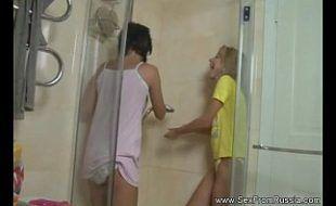 Lésbicas no banheiro fazendo sexo anal no chuveiro