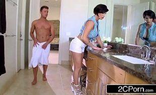 Mãe e filho transando em video de incesto real com coroa e namorado