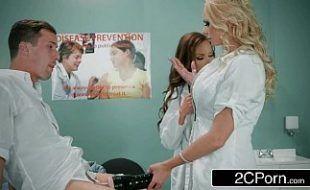 Médica morena e enfermeira loira pagando boquete para o paciente