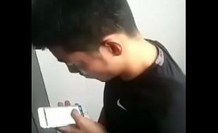 Novinho chines tocando punheta na webcam com enorme prazer