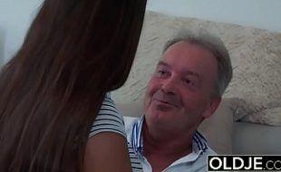 Pai abusando da sua menina gostosa