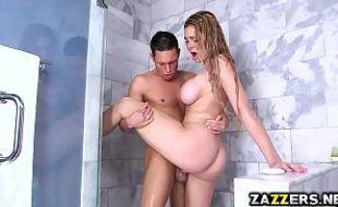 Peludo surpreende a lolita no wc da irmã e transam