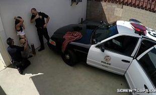 Policiais dando uma dura na prostituta
