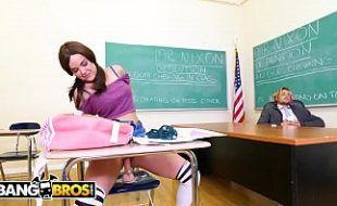 Professor fica hipnotizado por aluna novinha transando