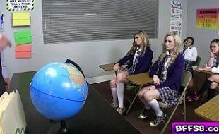 Quatro princesas estudantes dando para professor particular