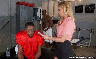 Repórter safada recebendo DP de atores pornos