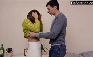 Ninfeta virgem faz video chupando pau do namorado