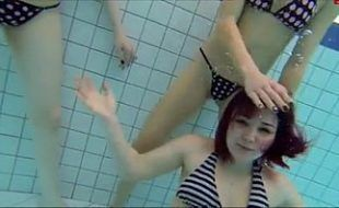 Putaria boa de novinhas na piscina