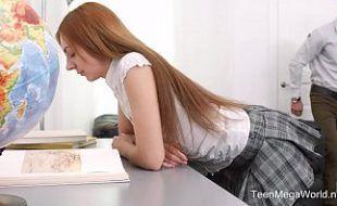 Ninfeta maravilhosa uniformizada fazendo sexo quente na escola
