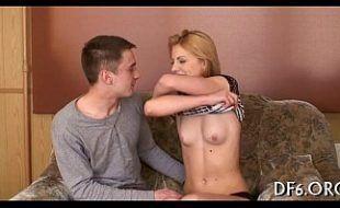Arrancando a virgindade da namorada magra