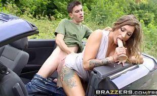 Ava Austen dando carona e fodendo com o estudante dotado