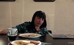 Chupando a buceta molhada da prima por debaixo da mesa