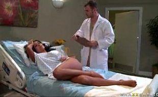 Enfermeiro safado abuda da buceta de sua paciente