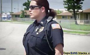 Moreninha safada gostosa dando para policial em cima da viatura