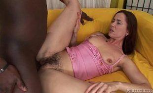 Negão comendo uma mamãe bucetuda carente