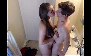 Rapaz monta no corpo da novinha e come sua xaninha