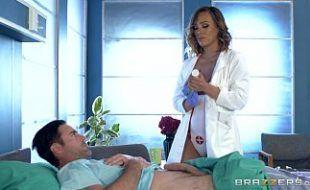 Recebendo um tratamento de sexo gostoso da enfermeira