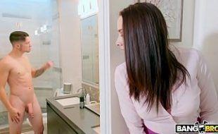 Xnxx madrasta dando no banho