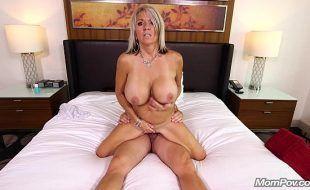 Bela madura de peitos enormes fazendo sexo