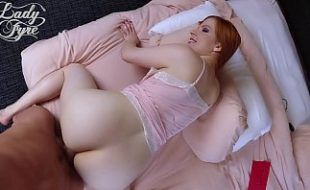 Fodendo a mãe ruiva de ladinho em sua cama de solteiro