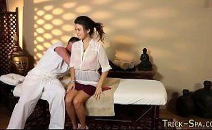 Massagem no corpo magro de novinha
