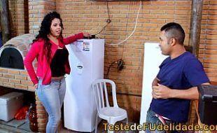 Morena cavala seduzindo técnico de tv casado