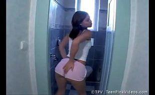 Morena sensual se masturbando no banheiro