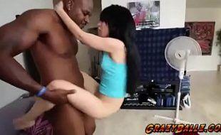 Novinha puta fazendo sexo com negão dotado