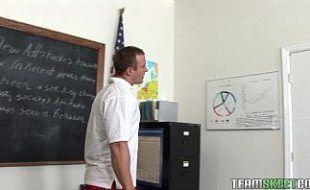 Professor castigando a novinha desobediente