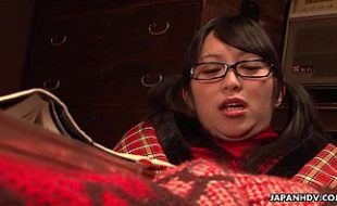Safada japonesa de óculos se acariciando e siriricando gostoso