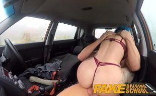 Taxista tatuada dando pro passageiro