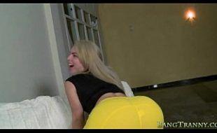 Travesti loira comendo buceta de mulher no sofá