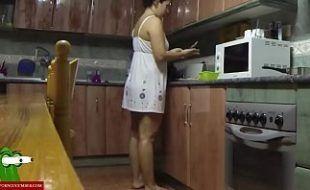 Fazendo sexo com a cunhada rabuda na cozinha