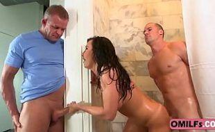Flagra de sexo caseiro no banheiro com novinha amadora