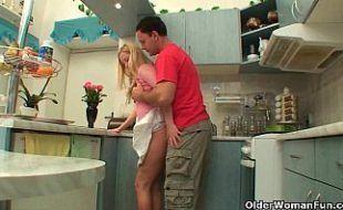 Marmanjo malandro e tarado comendo a própria mãe na cozinha