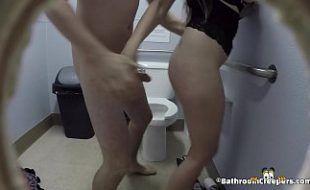 Pegando a branquinha no banheiro de casa e dando uma surra de rola