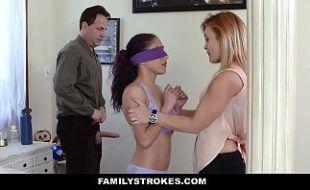 Peituda ensina sua filha a fuder