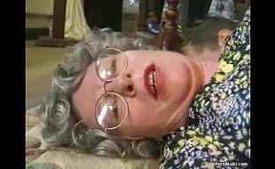 Velha de óculos sedenta por pica dando ao moreno