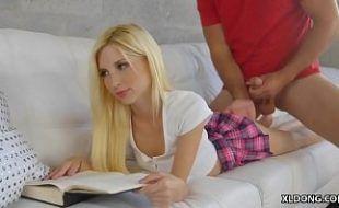 Colegial provocante dando deitada no sofá