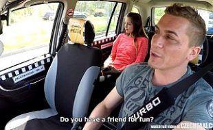 Cosplay gostosa transando dentro do carro