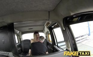 Loira toda gostosa dando um cruzo no táxi
