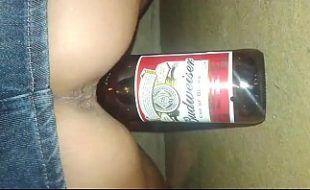 Ninfeta americana socando garrafa de cerveja na buceta