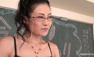 Professora japonesa foi fodida pelo aluno depois de se masturbar
