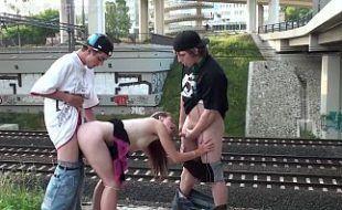 Sexo em publico com novinha universitária dando pra amigos