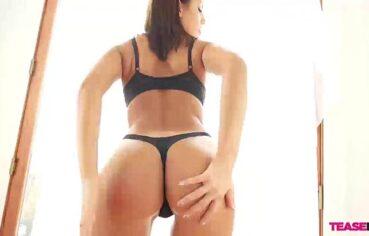 Gostosa rabuda chupa e faz espanhola no sexo