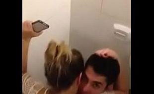 Priminha gulosa pagando boquete no banheiro