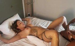 Travesti transando com mulher gostosa