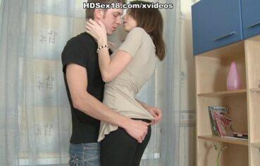 Casada novinha dando uma foda com seu noivo querido